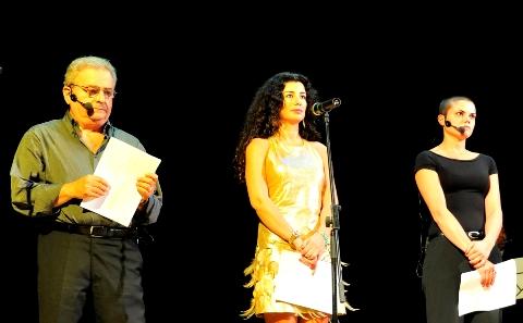 الشاعرة جمانة حداد في الوسط أثناء تسلمها الجائزة