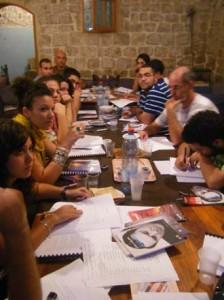 """اللقاء الأول في ورشة الكتابة المسرحية في """"اللاز"""" في عكا"""