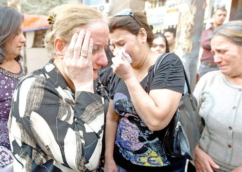 """عراقيات يبكين أقرباء قضوا في مجزرة """"سيدة النجاة"""" في بغداد (أ ف ب)"""
