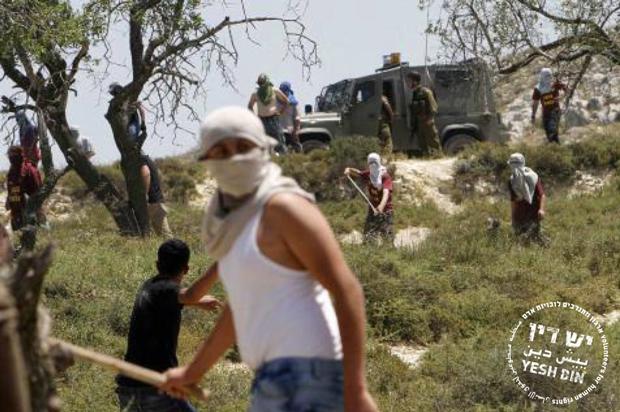 """مستوطنون منفلتون بحماية الجيش الإسرائيلي- الصورة عن موقع """"ييش دين"""""""