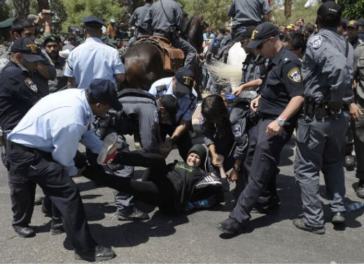 الشرطة الإسرائيلية تعتقل متظاهرة في بئر السبع، 15 تموز